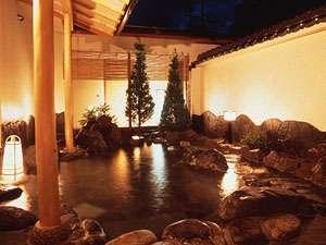 鹿教湯温泉 鹿乃屋旅館:夜のライトアップされた露天風呂。