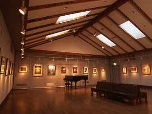 鹿教湯温泉 鹿乃屋旅館:小さな美術館が併設される当館。夜にはちょっとしたコンサートなどが行われる。