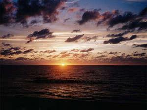 湯野浜温泉 うしお荘:*当館より、夕暮れ時の景色。秒単位で美しく色を変える空の眺めをご堪能下さい!