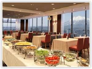 弘前パークホテル:眺めの良い13階の会場で津軽人定番のご朝食をお楽しみ下さい。