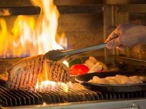 秋田ビューホテル:夕食例:武蔵釜で焼いたステーキは絶品