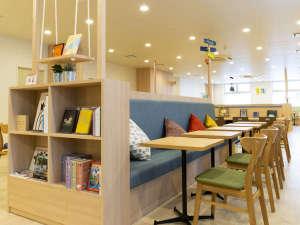 コンフォートホテル神戸三宮:【ライブラリーカフェ】ゆったりした空間で、きままにお過ごしください