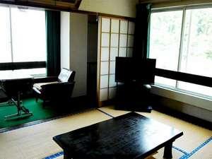 ホテル弥太郎:レトロな雰囲気漂う和室。こじんまりとしておりますが、のんびりお寛ぎ下さい。(一例)