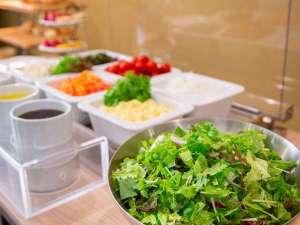 ホテルベルクラシック東京:女性に大人気のサラダバー。朝から新鮮野菜でリフレッシュ!!)