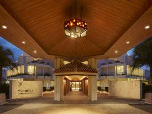 シェラトン沖縄サンマリーナリゾート:ホテル正面玄関。空港リムジンバスはここで発着します。(チケットはフロントにて取扱い)