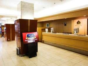 アパホテル<札幌>:■1階ロビー  開放的な造りのロビー。売店、自動販売機コーナーもあり。