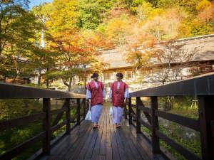 千二百年の湯めぐり 大沢温泉 「山水閣」:曲がり橋を渡って菊水館から自炊部へ