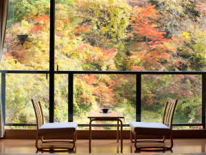 千二百年の湯めぐり 大沢温泉 「山水閣」:新館2間川側秋の季節お部屋からの紅葉をお楽しみください