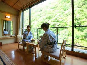 大沢温泉 山水閣:新館2間川側 女子会でゆっくりおやつでも…