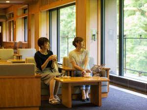 大沢温泉 山水閣:ロビーで景色を眺めながらコーヒーはいかがですか?
