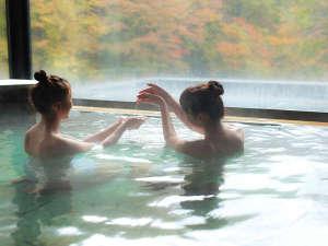 千二百年の湯めぐり 大沢温泉 「山水閣」:山水の湯女性 秋の紅葉を眺めながら温泉をお楽しみください!