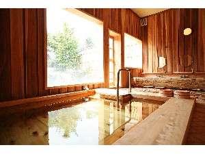 お宿 夢彦:【大浴場・内湯】全て木造りのこだわり風呂!湯槽に手すりがあるので、ご年配の方にも安心です(^O^)