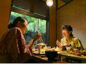 旅館 吉田屋:ダイニング「虚空蔵」は個室造りなので、会話もはずむ楽しい晩餐を。