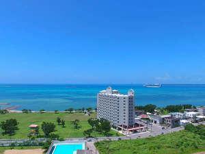 ホテル ロイヤルマリンパレス石垣島:<外観>海をバックに建つ立地です