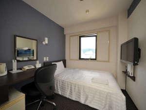 高知パレスホテル:ビジネスタイプのシングルルーム♪ 大きめのデスクが入っています