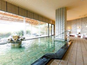 輪島港を一望。露天風呂付きの大浴場。