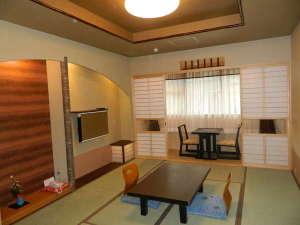 京の宿 綿善旅館:シャワールーム付客室の一例です。ごゆっくりお寛ぎ下さいませ。