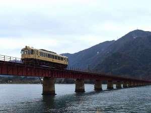 ふれあいの宿 田中荘:由良川鉄橋に走るローカル鉄道を望む♪(当館から車で3分)