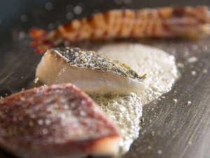■鉄板焼 ラ・ヴィーヌ:お客様の目の前で肉や魚を調理します。