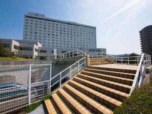 ホテル外観(イメージ)高台に建つ、見渡しの良いホテルです。