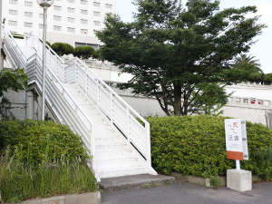 ■ホテルまでの道順3:左手にある看板を目印に、階段を登っていただきます。