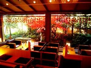 下呂温泉 懐石宿 水鳳園(すいほうえん):【ロビー】秋には、前庭の紅葉が美しい