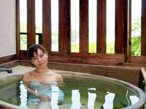 扇野の宿 扇芳閣:客室に信楽焼き伝統工芸士制作の露天風呂をご準備いたしました。