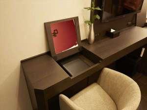 レッドルーフ プラス大阪難波:鏡は、使わない時は閉じる事により広くデスクスペースを使って頂けます♪