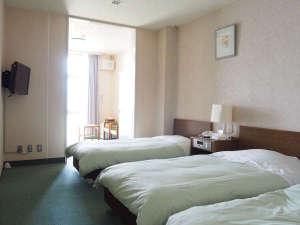 国民宿舎小豆島:★洋室★オーシャンビュー。シングルベッドが3台あります。(一例)