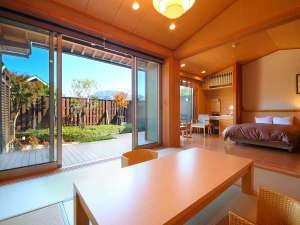 由布岳一望 朝霧のみえる宿 ゆふいん花由:~和洋室~大きな窓からは由布岳や町並みが眺望できます。
