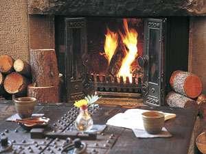 ぬくもりの宿 ふる川:毎朝落としたての珈琲を暖炉の燃える火の音をBGMにご用意しています。