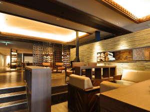 八幡平マウンテンホテル(旧八幡平リゾートホテル):【ウェルカムロビー】暖炉やソファがあり広々としたロビースペース