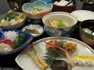 カルルス温泉 鈴木旅館:夕食和食膳 山海の珍味を御賞味ください。