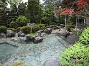 四季の風情を感じながら入る北陸最大級の庭園露天風呂(約80㎡)。清風荘が贈る最高の贅沢です。