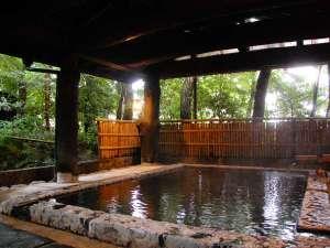 奥阿蘇の宿 やまなみ:【大浴場】木々に囲まれた空間でゆっくりお湯をたのしまれてください/四季の湯