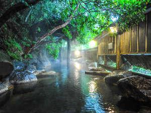 ふもと旅館:【男性露天】渓流の音をBGMに掛け流しの湯に浸かる至福の時間。早朝の露天風呂、お勧めです