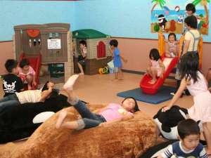 鴨川シーワールドホテル:【キッズルーム楽しい空間】専任スタッフもいます。みんなでお絵かきやすべり台で遊ぼう♪