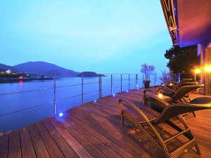 """鞆の浦温泉 汀邸 遠音近音(みぎわてい をちこち):""""オーシャンビュー""""という景色を体感する贅が実現――。客室はもちろん、デッキテラスでもごゆっくり。"""