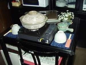 温宿 田舎家:キッチンには土鍋、ホットプレートなど調理器具あり