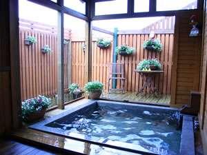 ペンション&コテージ アルバート:ウッドデッキのついた半露天風呂!部屋ごとに貸切で・・繁忙期はご希望の時間に入れない場合がございます