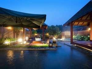 ホテルアンビエント伊豆高原:【温泉大露天風呂】空が青くなる「夕方」の入浴もお勧め。