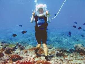 ヘルメットをかぶって海の中を自由に海中散歩♪ご予約はフロントまで。