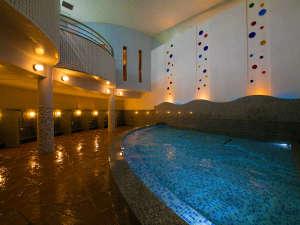 <大浴場>日頃の疲れを癒す広々とした大浴場。朝のリフレッシュタイムにもおすすめです。