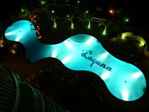 <屋外プール>沖縄県内最大級の広さ!南国感溢れるプールで泳いだ後はデッキチェアでひと休み