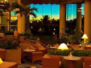 ラグナガーデンホテル:到着後は南国のガーデンラウンジがお出迎え!見た目もかわいい「アフタヌーンティー」が人気♪