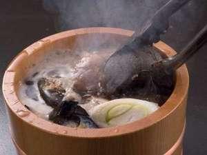 美肌の湯と寛ぎの宿 光雲荘:光雲荘名物!目の前で焼けた石を入れる石焼き樽。