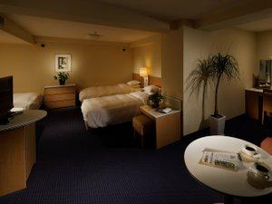 リーガロイヤルホテル:ファミリールーム 44㎡ 常設ベッド4台なので、グループ旅行に最適。テーブルやスペースも十分♪