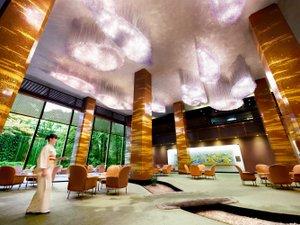 リーガロイヤルホテル:【メインラウンジ】滝が流れる日本庭園に面したラウンジ。名画やシャンデリアが優雅な雰囲気。