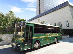 リーガロイヤルホテル:JR大阪駅発無料シャトルバス。6~15分間隔で毎日運行。