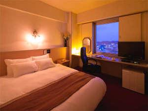 草のホテル:ゆったり大きめのベッドは寝心地抜群♪仕事や観光の疲れもすっきり。落ち着いた雰囲気の室内です
